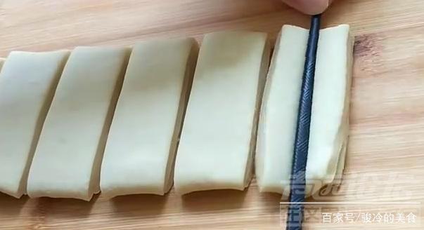 油条怎么做又脆又松软 松软好吃的油条,在家也可以做美味,学会这个办法,天天吃都...-3.jpg