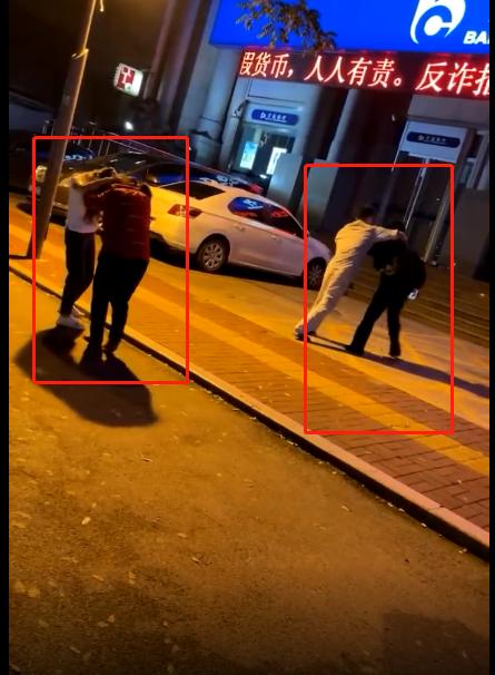 禽兽,济宁男子和小三当街殴打父母,扯头发、踹肚子,老母亲都被打晕了-2.jpg