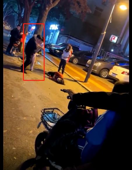 禽兽,济宁男子和小三当街殴打父母,扯头发、踹肚子,老母亲都被打晕了-4.jpg