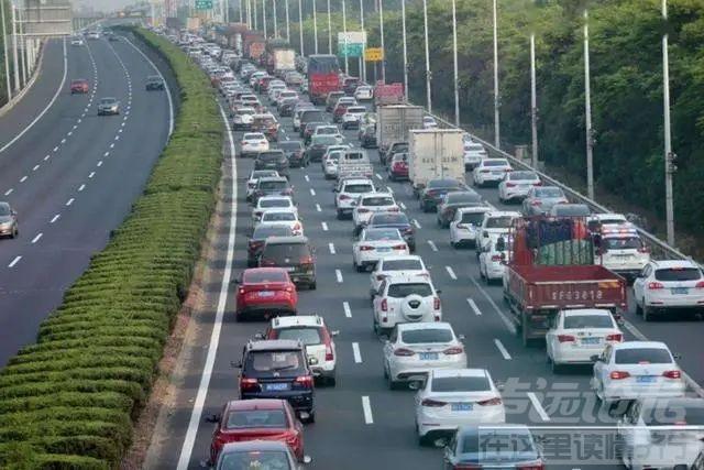 上热搜!国庆新能源车主排队抢充电桩,8小时车程花了16小时-1.jpg